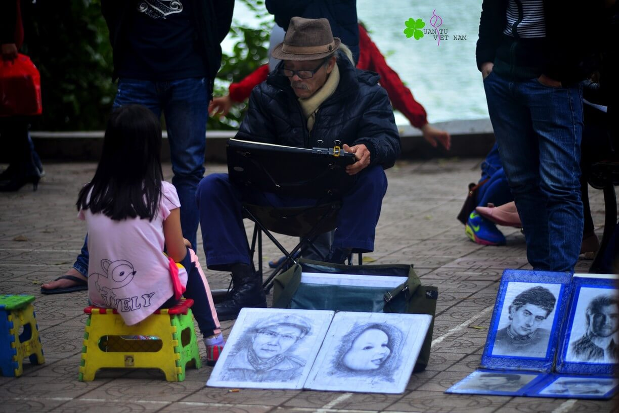 Draw a portrait of Hoan Kiem lake